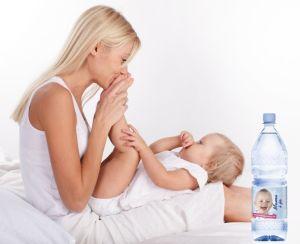 Woda dla maluszka powinna być dostosowana do jego potrzeb Fot. Mama i ja