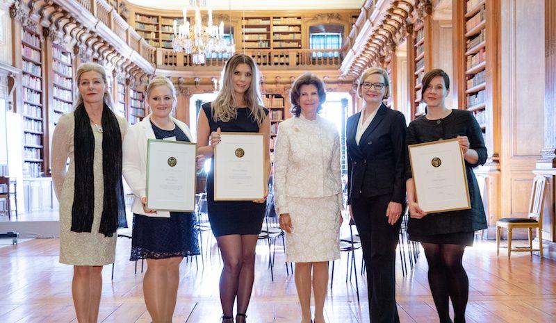 Królowa Sylwia nagradza studentki pielęgniarstwa za zaangażowanie w opiekę nad osobami starszymi