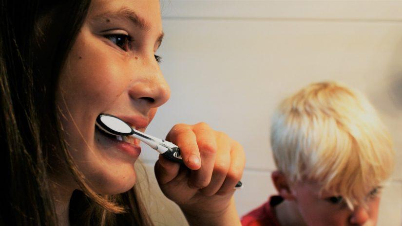 brushing-teeth-2103219_1280